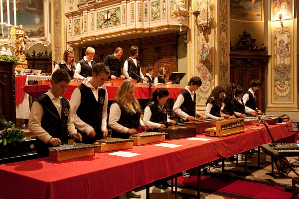 I ragazzi della Scuola Campanaria di Roncobello suonano le campanine