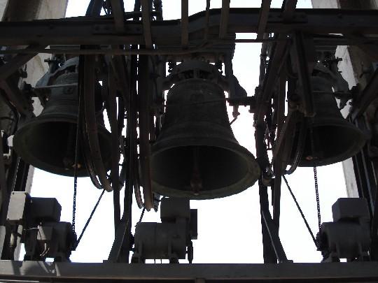 Nella foto: Le campane numero 4, 6 e 3 (da sinistra a destra), prima del ripristino della tastiera. Foto di Fabio Zenucchi.
