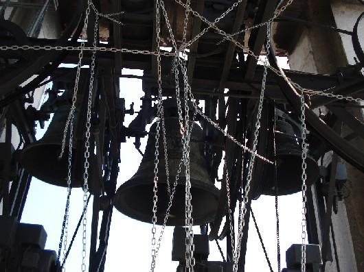 Nella foto: Le campane numero 2, 5 e 1 (da sinistra a destra), collegate alla tastiera dal sistema di catenelle, secondo il sistema di suono genovese. Foto di Sebastian Prestini.