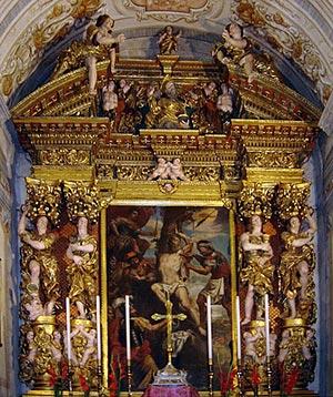 L'altare della parrocchiale di Avenone