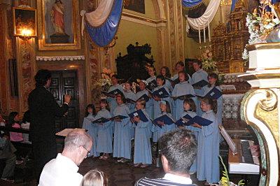 Il Coro degli Angeli durante un concerto a Bordogna (Roncobello)