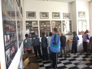 I bambini provano strumenti antichi e guardano le immagini della storia della Scuola Campanaria.