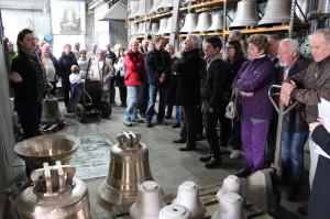 Visita guidata alla fonderia con campane nuove in primo piano