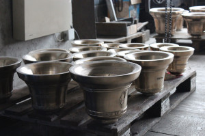 Campane preparate a bicchiere per l'opera di molatura interna e relativa intonazione