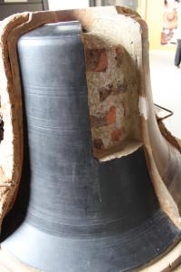 Campana in sezione con anima, falsa campana, bronzo rappreso dopo la fusione e mantello