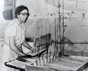 Immagine storica di suonatrice a tastiera