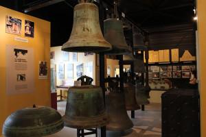 Campane antiche di diversa forma per il suono a slancio e a carillon