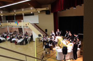 Il pubblico partecipante alla serata di Gemellaggio a Faverges durante l'inteverno musicale dei ragazzi di Roncobello