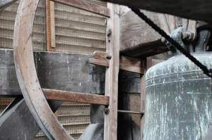 Inceppatura della campana e, in secondo piano, gli antoni in legno a protezione dell'incastellatura dall'intemperie.