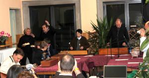 Don Giuseppe Merlini accompagna i ragazzi con la chitarra