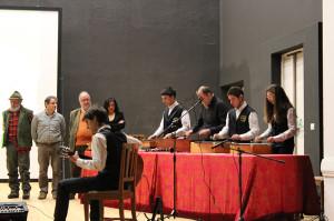 I ragazzi di Roncobello suonano a fine serata osservati da Baldovino Midali, Edoardo Raspelli e Maura Anastasia