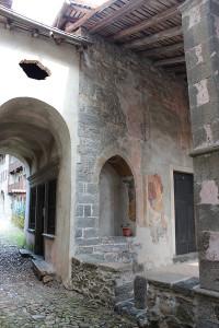 L'ingresso della Chiesa, a due passi dalla Casa dell'Arlecchino, nel borgo incantato di Oneta